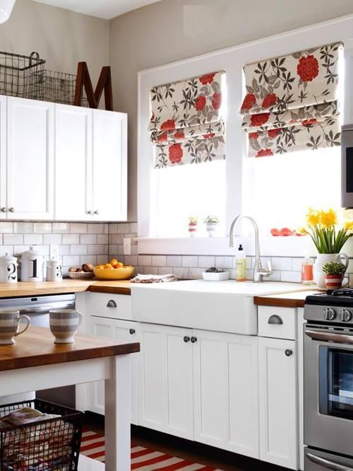 Ejemplo de cocinas en L con estilo campestre con madera y tejidos floreados.