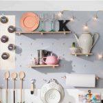 Estanterías originales para cocinas con paneles perforados