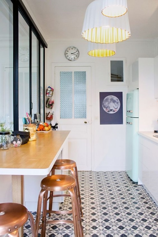 Reformas de cocinas con encanto con sencillos detalles retro.