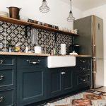 Reformas de cocinas con baldosas hidráulicas y azulejos geométricos