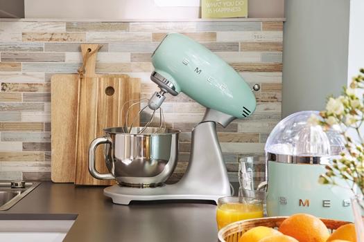 Reparar pequeños electrodomésticos de cocina de estética retro y calidad como los Smeg es siempre recomendable.