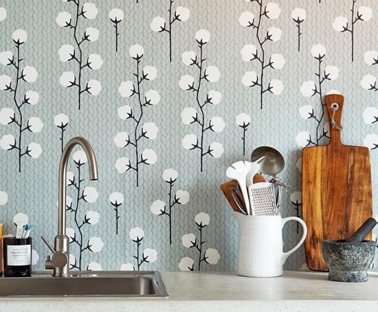 Diseño de flores de algodón: un original papel pintado para cocina.