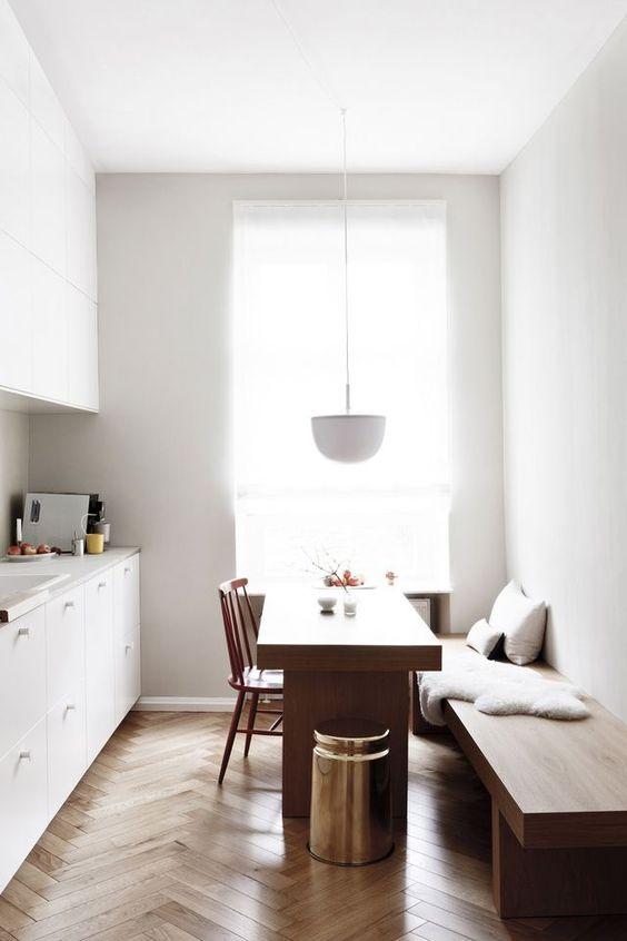 Idea de mesas de cocina estrechas para espacios alargados.
