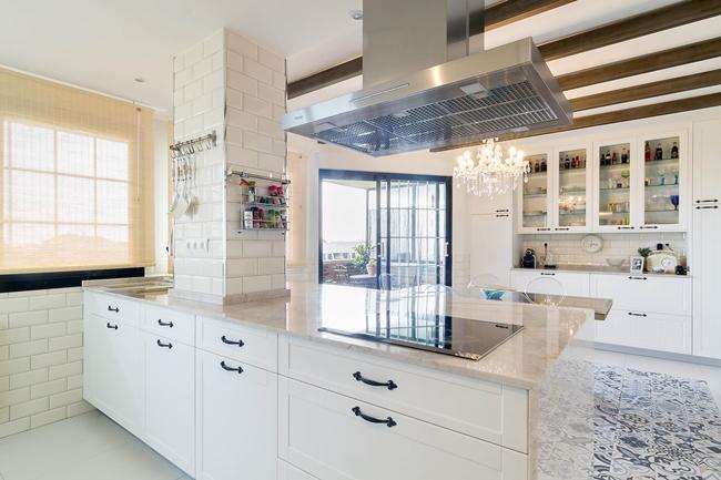 puertas para muebles de cocina lacadas en blanco, molduradas y con tiradores vintage
