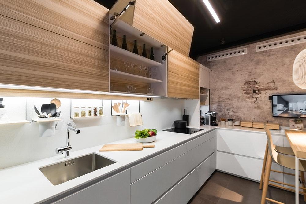 Cocinas blancas con madera y un toque negro.