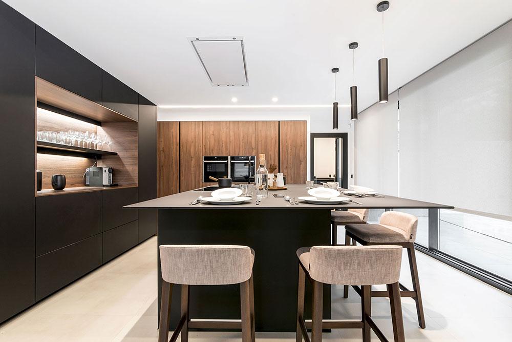 Cocinas blancas y negras con detalles japandi en madera.