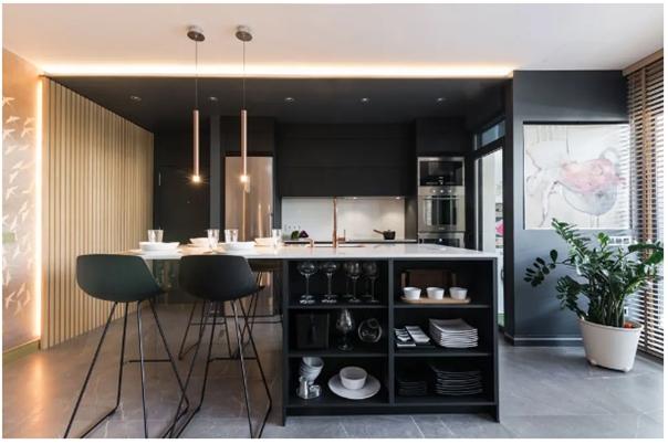 Cocinas negras modernas con detalles clásicos e iluminación vintage.