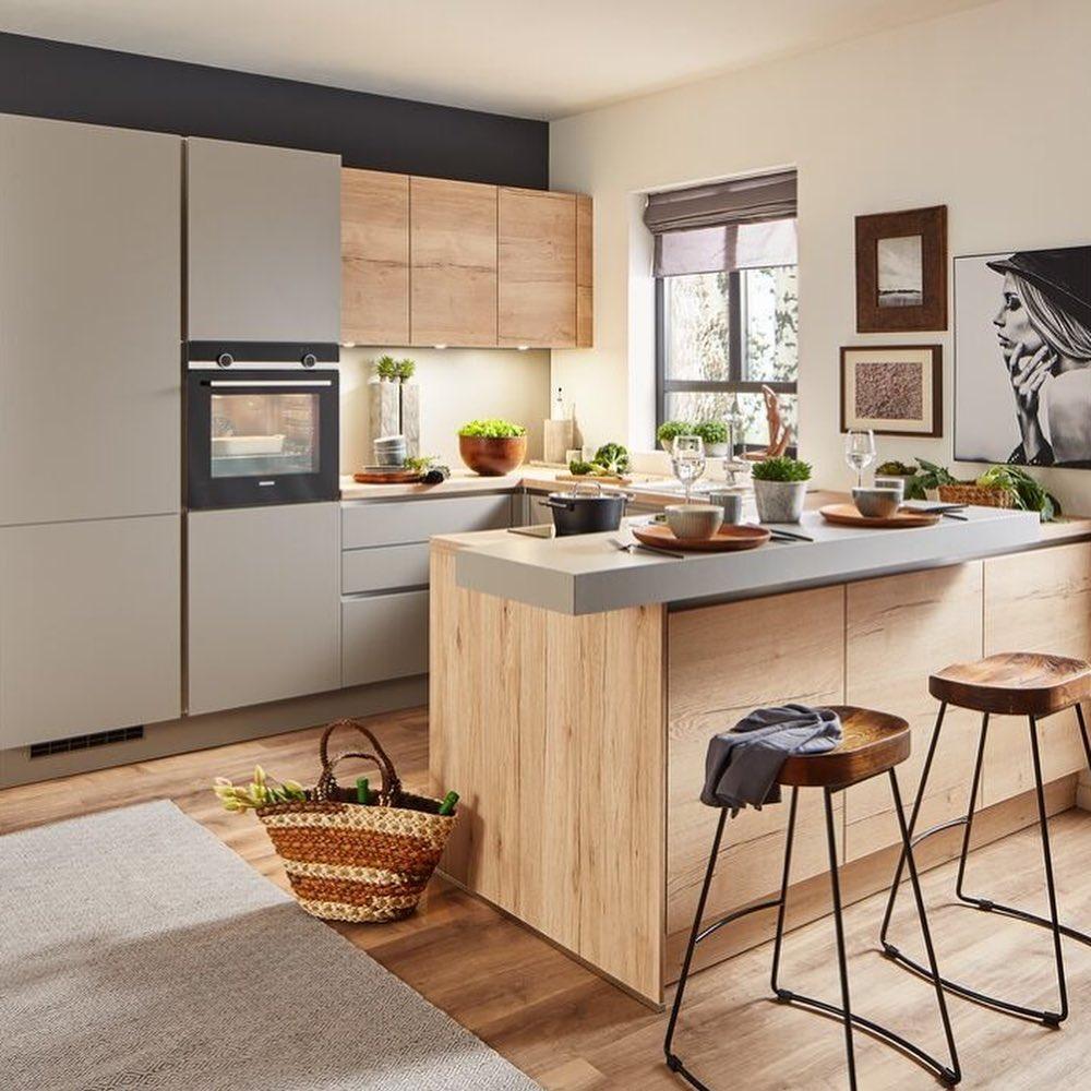 Cocina moderna con barra de cocina en mezcla de materiales: madera y gris.