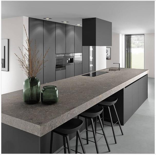 Cocina moderna en negro mate con isla de cocina y barra.