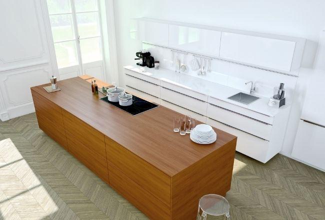 Un diseño de cocina 3D moderno enmarcado en una casa antigua, de techos altos.
